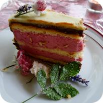 Himbeer-Joghurt-Torte mit weißer Ganache und kandierten Blumen